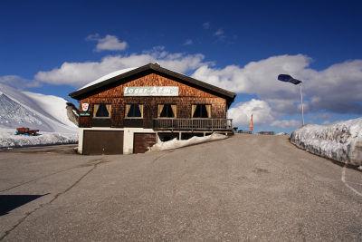Fahne im Wind beim Bergrestaurant Loser