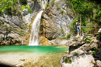 Ingrid bewundert den Wasserfall