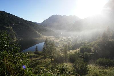 Dünne Nebelschwaden über dem Almkessel mit Elmsee und Pühringerhütte