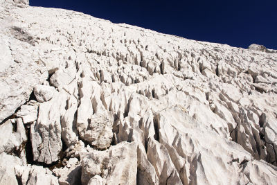 Aufwärts über zerfurchte Felsplatten
