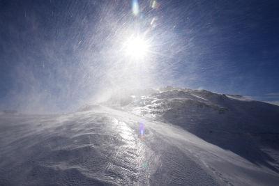 Eisiger Wind bläst über die Gipfel
