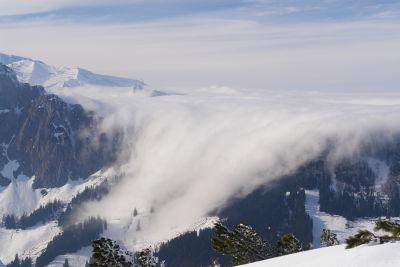 Nebel schiebt sich aus Oberösterreich über den Arlingsattel