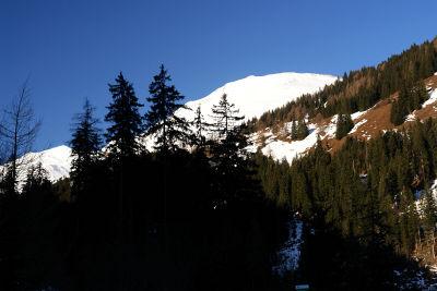 Die weiten Schneeflanken am Frauenkogel. Links der Gamskarkogel.