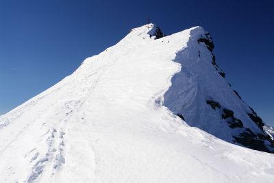 Karl am Gipfelgrat knapp unterhalb des Gipfelkreuzes am Frauenkogel