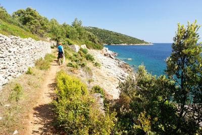 Gut ausgebaute Wanderwege entlang der Küste
