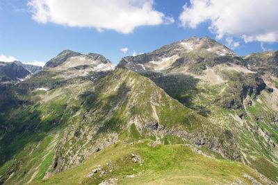 Im Vordergrund der grüne Stierkarkopf mit der Abstiegsflanke (von der Bildmitte herunter) in die Rote Scharte. Links hinten: Hohes Schareck. Rechts hinten: Hochwildstelle und Umlaufer