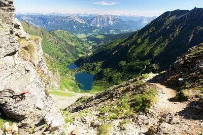 Tiefblick von der Neualmscharte auf Hüttensee und Obersee