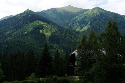 Mehr als 1.000 Höhenmeter ragt der Bruderkogel über das Tal