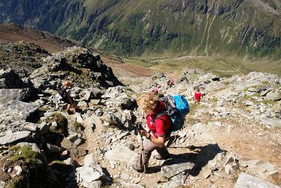 Abstieg auf erdig-steinigem Steig