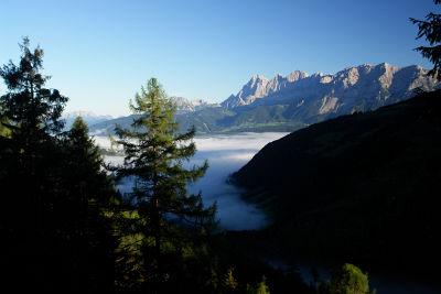Nebel über dem Ennstal, strahlender Sonnenschein am Dachstein