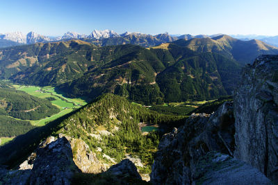 Tiefblick ins Triebental und zum Eberlsee - im Hintergrund die Gesäuseberge