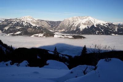 Stoderzinken und Kammspitz über dem nebelverhangenen Ennstal
