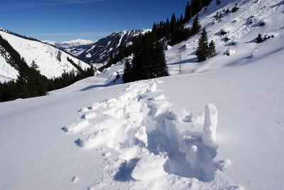 Bruchharsch der übelsten Sorte läßt mich die Schuhe kaum aus der Schneedecke ziehen