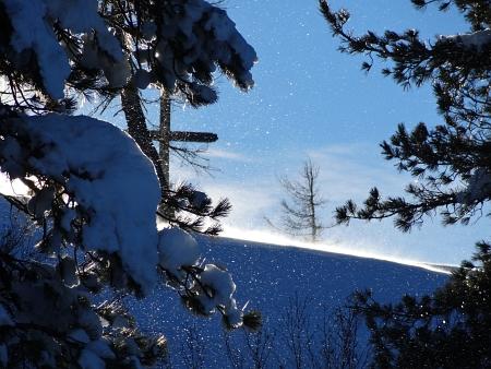 Der Wind peitscht Schneekörner durch die Luft