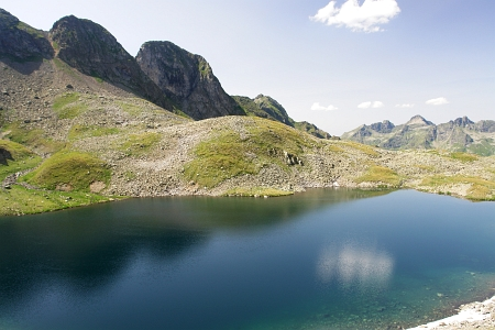 Der Greifenstein (rechts) über dem Kapuzinersee