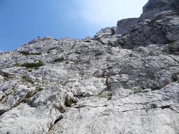 Rote Markierungspunkte auf der Kletterpassage auf den Kleinen Buchstein