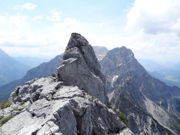 Felszacken neben dem Gipfelkreuzturm