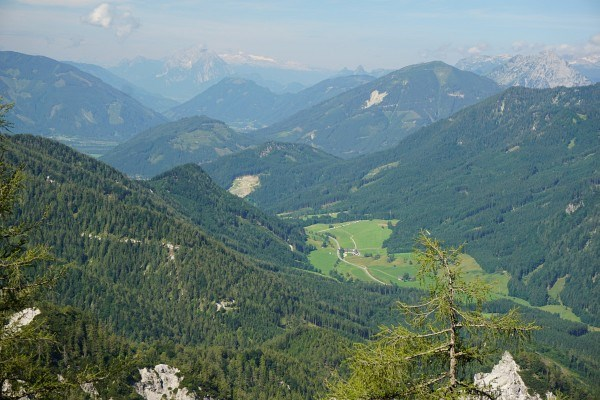 Tiefblick zum Buchauer Sattel. Links hinten das Dachsteingebirge.