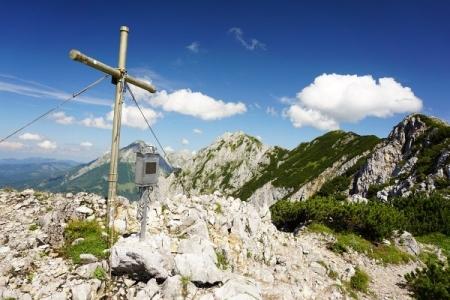 Gipfelkreuz am Lahnerkogel mit Ausblick auf die beiden folgenden Gipfelkreuze am Kitzstein und Bosruck