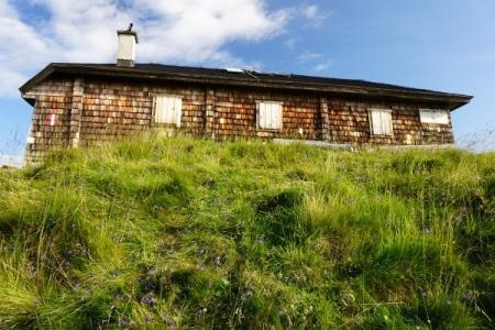 Von der blumenumrankten Pleschnitzzinkenhütte geht es ...