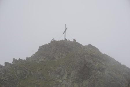 ... Wolkenschwaden heranziehen und das Gipfelkreuz am Gamskarspitz einhüllen.