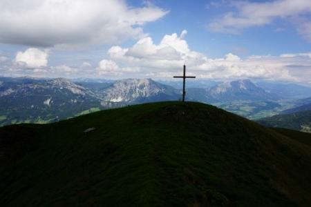Wieder beim Gipfelkreuz am Pleschnitzzinken mit Ausblick ...
