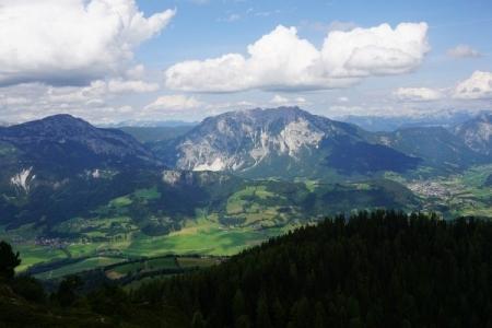 ... nach Gröbming (rechts) und seinen Hausbergen Stoderzinken (links), Freienstein (Mitte) und Kammspitz hinten.