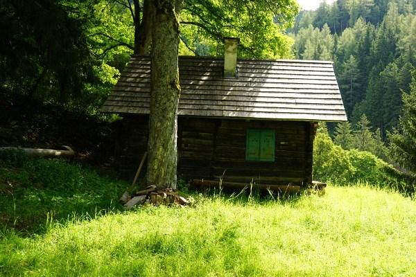 Vorbei an einer kleinen Hütte (Schneideralm ?)