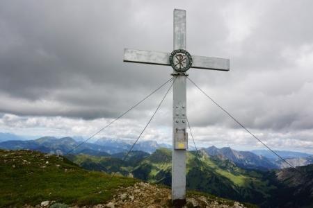 Beim Gipfelkreuz am Gößeck werden wir mit bester Rundumsicht belohnt