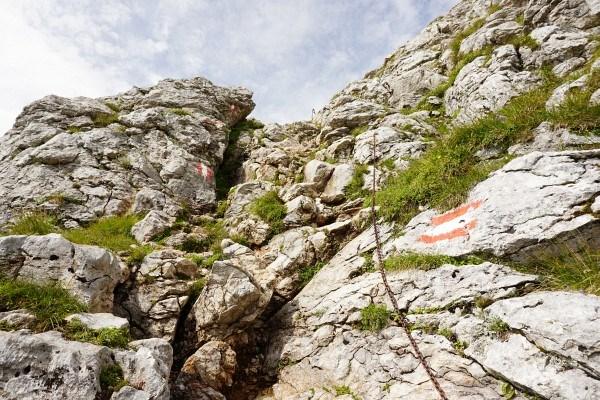 Einige Felsstufen sind mit Ketten gesichert