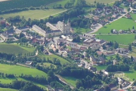 Die Stiftskirche in Spital am Pyhrn im Zoomblick