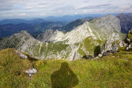 Nur mehr für kurze Momente kann sich die Sonne gelegentlich in Szene setzen. Ausblick zum Scheiblingstein. Links der Kleine Pyhrgas.