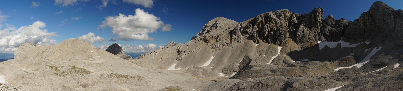 Panorama der fantastischen Landschaft um Landfriedstein und Scheichenspitze. Rechts der Grat, der beim Ramsauer Klettersteig überschritten wird (Klick zur Vergrößerung)
