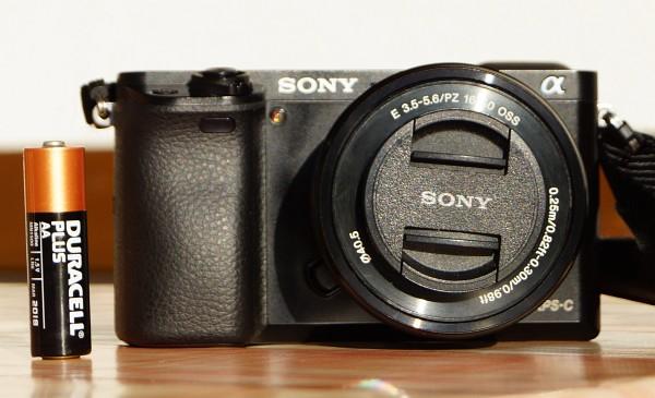 Ideale Größe der Sony 6000 für meine Hände und mit kaum 400 Gramm auch angenehm leicht