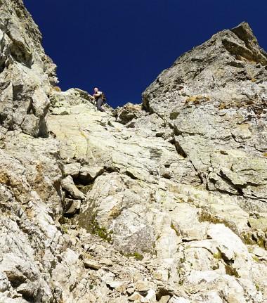 In einer Felsscharte nördlich vom Elendberg stehen wir an