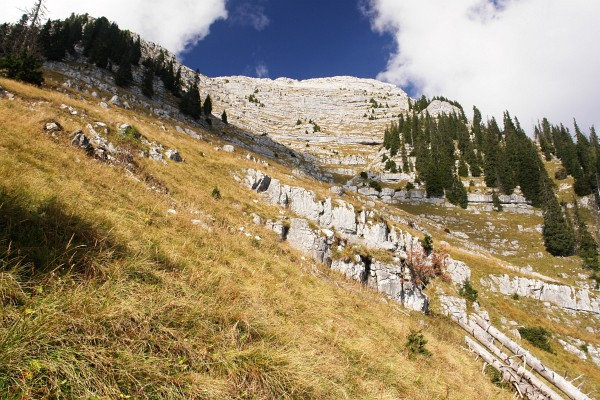 Beim steilen Abstieg vom Nazogl haben sich die Wolkenschwaden wieder großteils verzogen