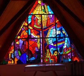 Buntes Kapellenfenster auf der Tauplitzalm
