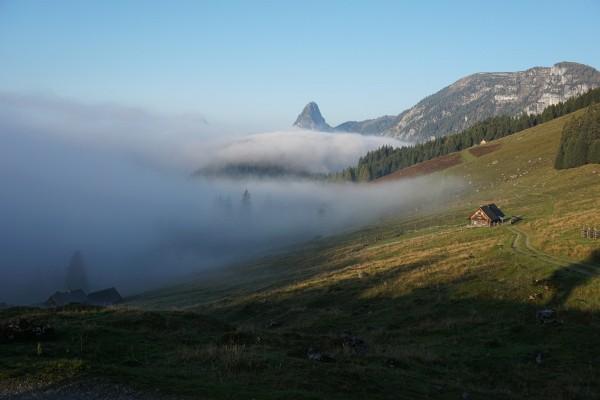 Blick von der Hinteregger Alm über das nebelverhangene Ennstal