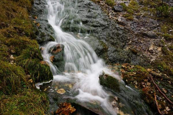 Neben einem rauschenden Bach mit auffallend grünen Algen (?)