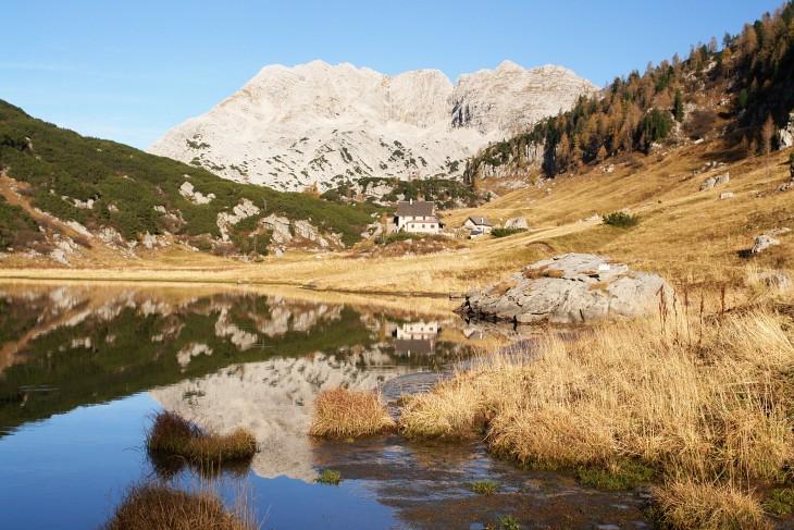 Beim Elmsee, in dem sich die Pühringerhütte und das Rotgschirr spiegeln