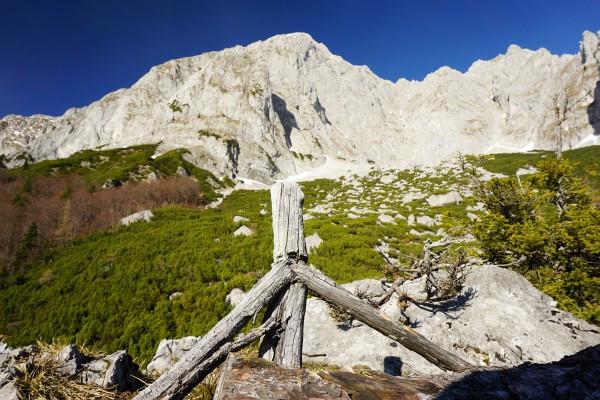 Blick vom Feiglstein zum nahe wirkenden Grimmingtor am Fuße der Felswände - noch sind es aber mehr als 400 Höhenmeter