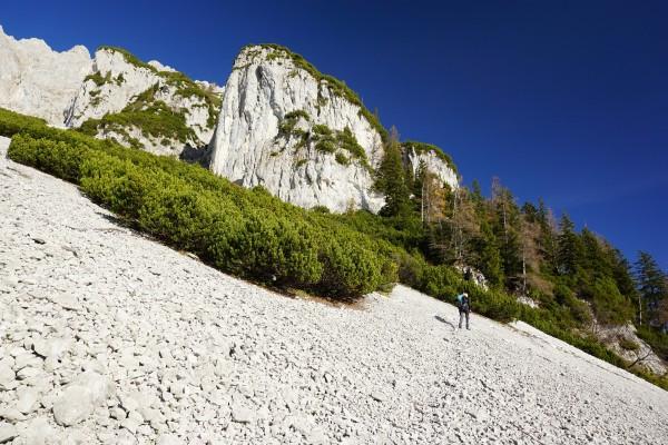 Über steile Schotterfelder geht es links hinauf ...