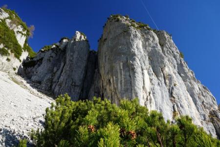 ... an senkrechten Felswänden vorbei.
