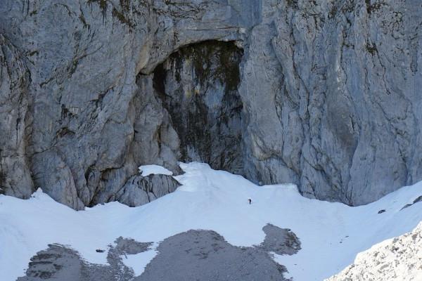 Ingrid fotografiert meinen Aufstieg über steile Schneefelder zum Grimmingtor