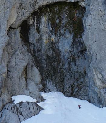 Der winzige AlpenYeti vor dem riesigen Grimmingtor