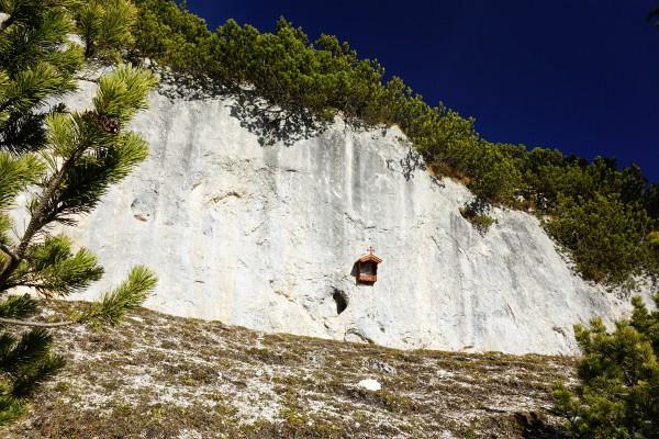 ... zu einem Bildstock an einer senkrechten Felswand.
