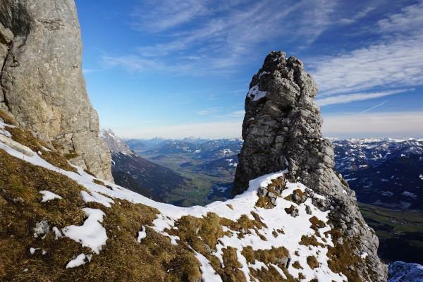 Eine Felssäule beim Einstieg in die leichte, durch Eisenklammern entschärfte Kletterpassage