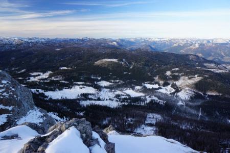 Nördlich des Kammspitz - im Kemetgebirge - liegt wenigstens etwas Schnee. Unter der freien Schneefläche rechts der Bildmitte liegt der Miesbodensee, den wir gestern besucht haben.