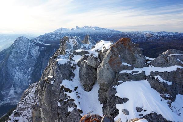 Blick nach Westen über den Kamm-Grat zum Stoderzinken (links) und zu den höchsten Gipfeln des Dachsteingebirges.