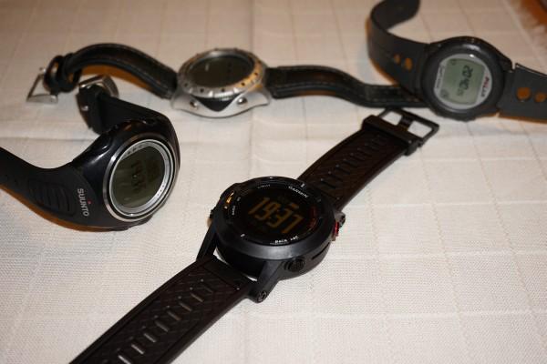 Von meinen Wander-Uhren verwende ich derzeit nur noch die beiden Vorderen. Links die Suunto X6 (ohne GPS), rechts die Garmin Fenix 2.